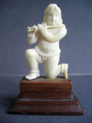 Beinschnitzerei Auf Sockel - Indische Göttin Mit Waffe Bild