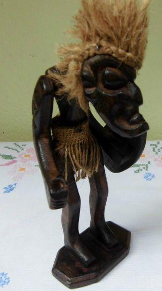 Geschnitzte Holz - Skulptur / Afrika Figur / Massiv Holz / Statue / Sockel / 21 Cm Bild