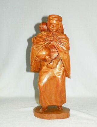 Wunderschöne Alte Landfrau Mit Kind Holzskulptur Bild