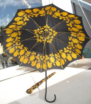 Antiker Damen Regenschirm Blau–schwarz,  Ocker - Gold Rosenmuster,  Ledergriffbezug Bild