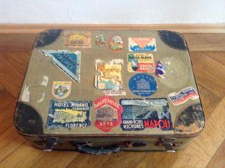 Alter Koffer Mit Reiseaufklebern Bild