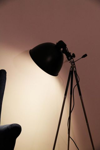 Dreibein Tripod Stativ Steh Lampe Leuchte - Art Deco Loft Vintage Studio Bauhaus Bild