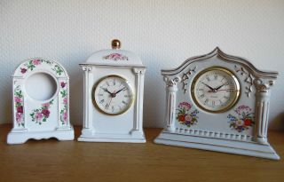 3 Porzellan Uhren In Konvolut / 2 Uhrenlaufwerke / 1 Uhrengehäuse / Blumendekore Bild