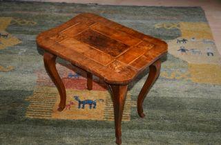 Kleiner Hübscher Tisch Mit Intarsien Bild