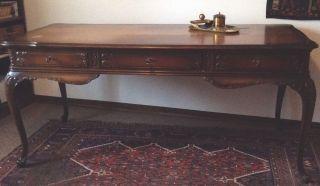 Repräsentativer Schreibtisch Chippendale,  Nussbaum Bild