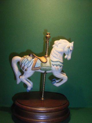 Pferd - Karussellpferd Aus Porzellan Auf Holzsockel = Spieluhr Bild