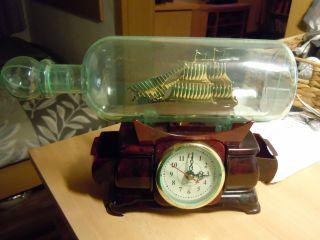 Schiff In Flasche Mit Uhr Bild