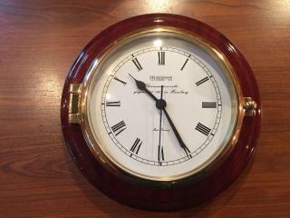 Wempe Schiffsuhr Skipper Messing / Mahagoni Chronometer Yachtuhr Auf Holz Platte Bild