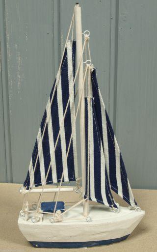 Holz Segelboot Mit Blau/weiß Gestreiften Segeln 27x15cm Für Die Maritime Deko Bild