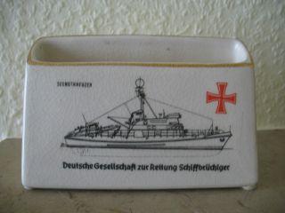 Deutsche Gesellschaft Zur Rettung Schiffbrüchiger.  Porzellanaufsteller Für Info. Bild