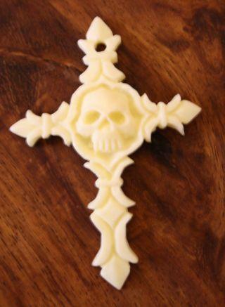 Kreuz Anhänger Beinschnitzerei Unikat Bein Mit Totenkopf Schlüsselanhänger Bild