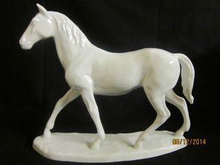 Grosse Erhabene Porzellan Figur/pferdefigur Auf Sockel Krone,  D Modell 585 Bild