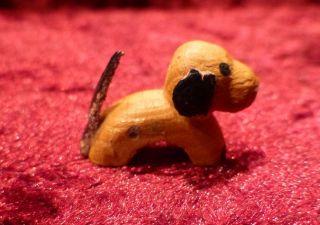 Süßer Kleiner Hund,  Handgeschnitzt,  Erzgebirge,  Für Die Weihnachtskrippe Bild
