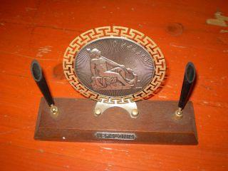 Schreibhalter Mit Griechischem Emblem Bild