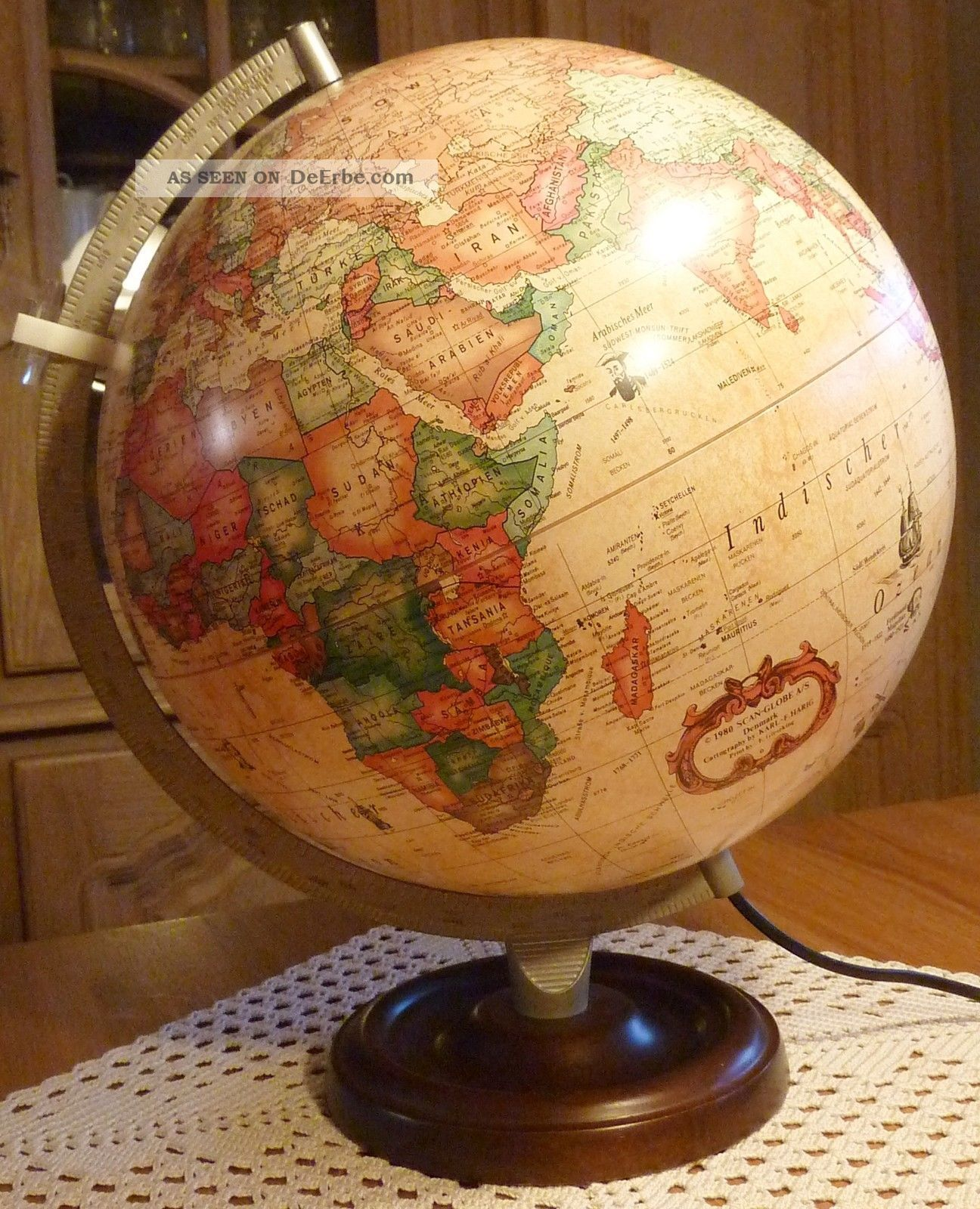 globus auf holzstandfu weltkugel der antique drehkugel. Black Bedroom Furniture Sets. Home Design Ideas