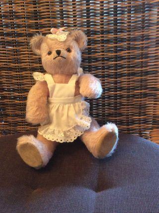 Schuco - Teddybär Mit Schürzchen Bild