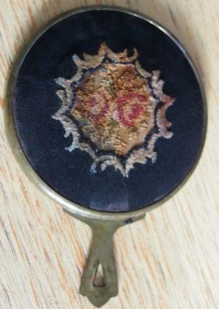Alter Kleiner Handtaschenspiegel,  Messing?,  Rüchseite Mit Stickerei Und Stoff Bild