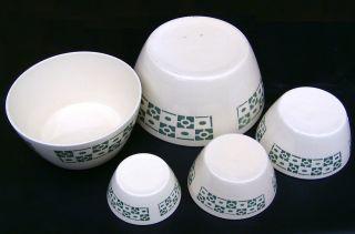 5 Schüsseln Ddr 1950 Keramik 5 Diverse Größen Spritzdekor Graugrüner Würfeldekor Bild