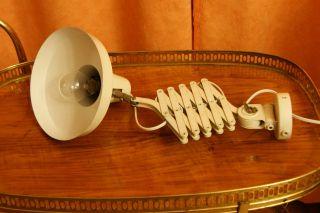 Ältere Scheren Lampe,  Weiß,  Mit Blech Schirm. Bild