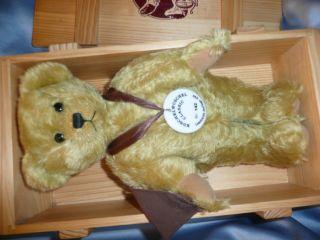 Sammelbär Teddybär Classic Kuschelwuschel 99/2000 Stuttgart Lim Auflag Holzkiste Bild