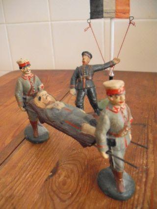 Sanitäter Mit Verletztem Auf Der Trage,  1 Getroffener Soldat,  10cm,  Ca 1.  Wk Bild