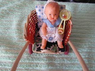 Kleiner Puppenwagen Für Die Puppenstube Mit Puppe & Rassel Bild