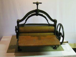 Antike Wäschemangel/ Kurbelpresse Bild