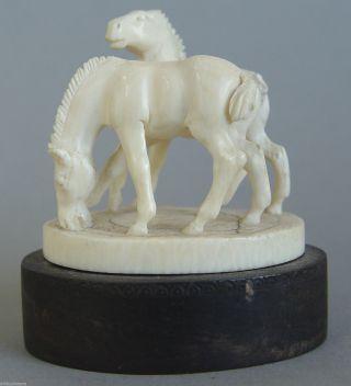 Filigrane Antike Beinarbeit Pferde Figurengruppe Auf Ebenholz Plinthe Bild