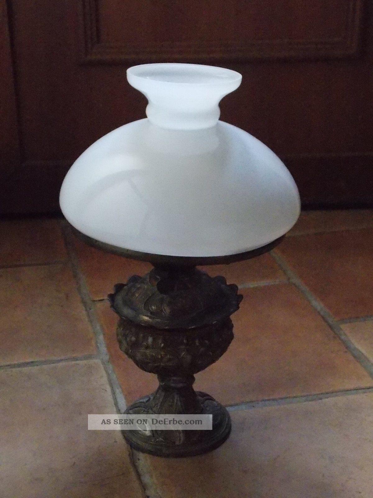 alte petroleum lampe mit wei en glasschirm. Black Bedroom Furniture Sets. Home Design Ideas
