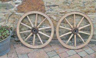 2 Gleiche / Wagenrad/ Handwagenrad / Holzrad / Handwagen / Gartendekoration Bild