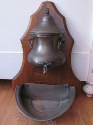 Alter Wasserbehälter Mit Schüssel,  Zinn Bild