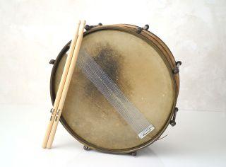 Alte Marsch Trommel / Snare Drum Aus Metall Messing Mit Sticks U.  Teppich Bild