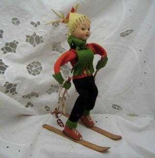 Niedliche Kleine Puppe - Skifahrerin Mit 0riginal - Bekleidung Und Skiern - Italien Bild