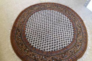 Schöner Runder Handgeknüpfter Teppich Bild