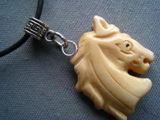 Halskette Mit Pferdekopf Aus Echt Horn In 3d Geschnitzt Mit Kautschuk Band Bild
