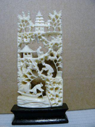 Feine Filigrane Beinarbeit Auf Holzsockel Bild