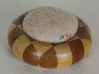 Schönes Altes Holz Nadelkissen Antik 2 Verschiedenen Hölzer 5cm Karo Muster Bild