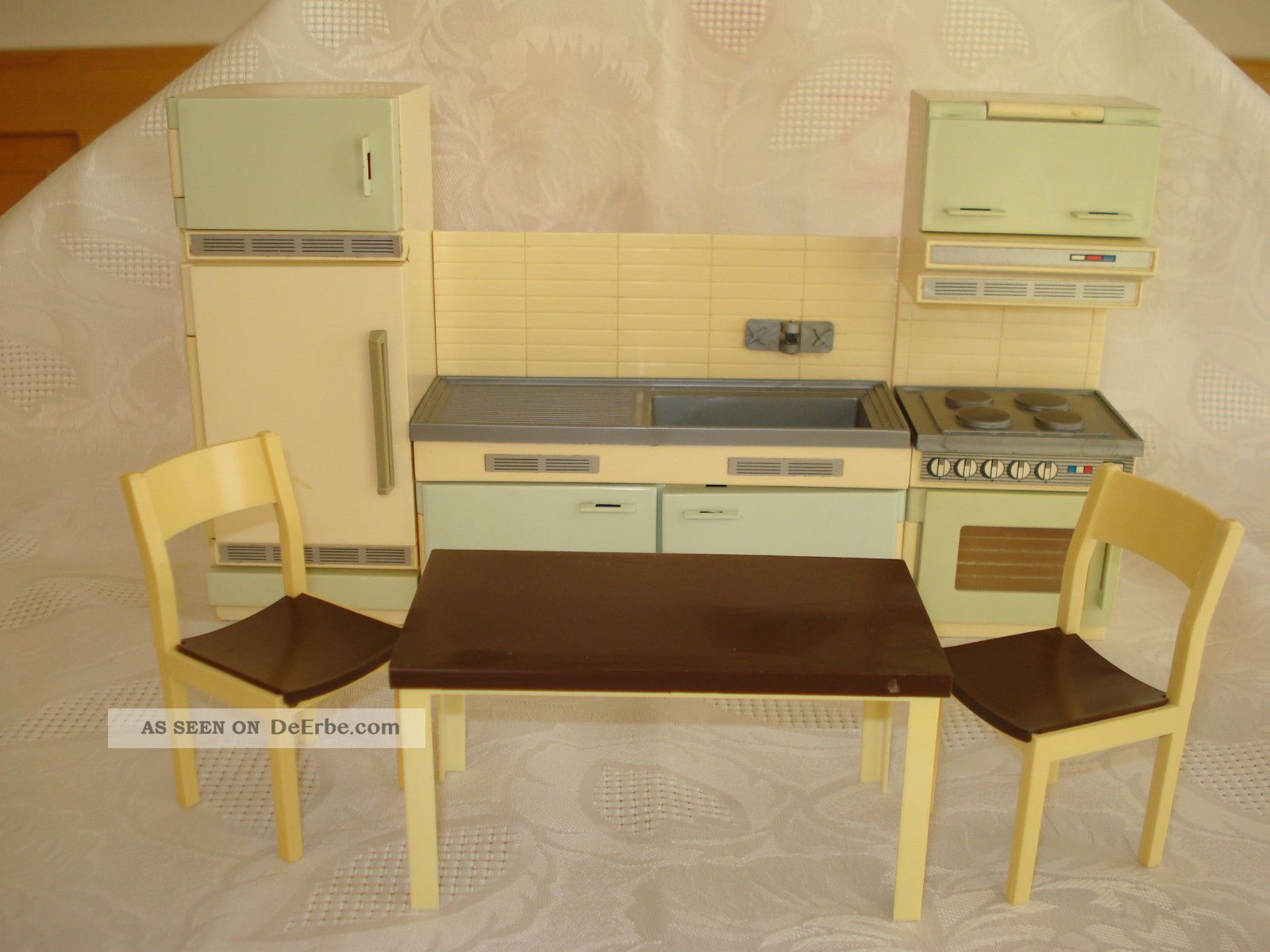 puppenhaus k che 60er 70er jahre k hlschrank sp le herd tisch und st hle. Black Bedroom Furniture Sets. Home Design Ideas