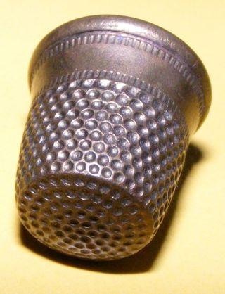 Niedlicher Fingerhut Messing Vermessingt Cute Thimble Brass Coated Rare Bild