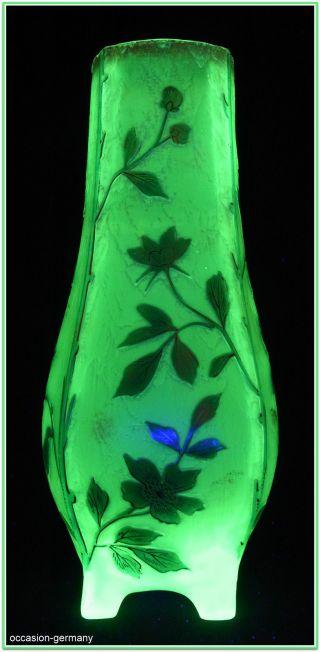 Jugendstil Vase,  Wohl Harrach,  Neuwelt,  Uranglas,  Reliefätzung,  Höhe 25 Cm. Bild