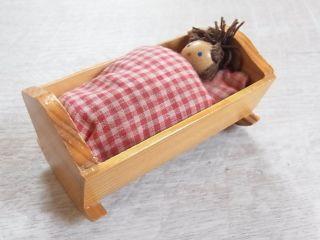 Haba Holz Wiege Puppenwiege Mit Puppe Für Puppenstube Puppenhaus Dollhouse Bild