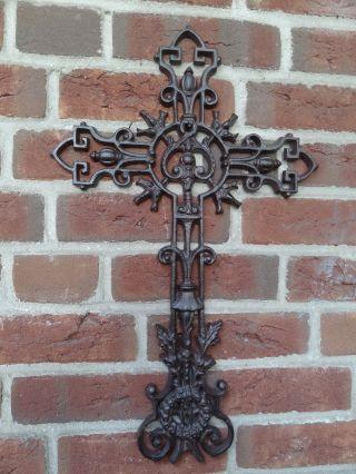 Eisernes Kreuz Grabmal Gusskreuz Friedhof Kruzifix Kirche Garten Hauswand Bild