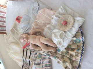 Puppe Mit Stoffkörper Und Diverse Puppensachen Bild