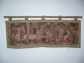 Gobelin Wandbehang 69 Cm X 24,  5 Cm Gewebt Frankreich Wirtshausszene Bambusstange Bild