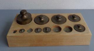 Alte Gewichte Apothekergewichte 8 StÜck Im Holzsockel Bild