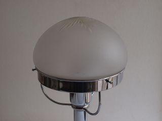 Schlichte Tischlampe Mit Geschliffener Glaskuppel,  Chrom/nickel Bild