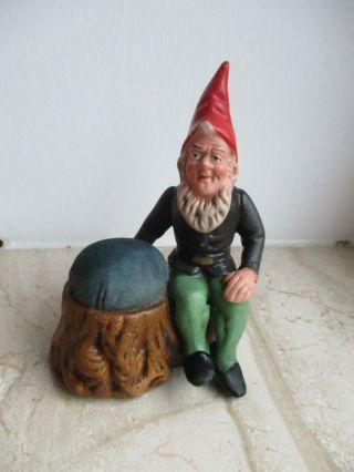 Alter Zwerg Gartenzwerg Mit Nadelkissen Steingut Keramik Porzellan Bild