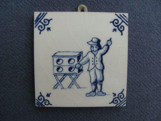 Kleine Orig.  Delft Keramikfliese Bub M.  Zauberkasten - Für Die Antike Puppenküche Bild