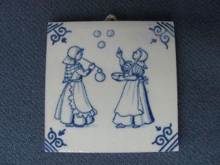 Kleine Orig.  Delft Keramikfliese 2 Mädchen,  Seifenblasen - Für Antike Puppenküche Bild