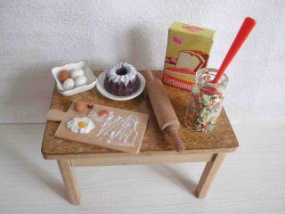 Küchentisch Mit Backzutaten Für Puppenstube/puppenhaus Bild